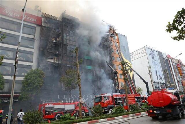 Các đồng chú lính cứu hỏa đang tích cực dập tắt một đám cháy lớn.