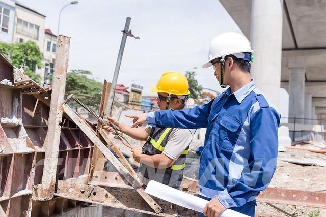 Thành viên ban quản lý dự án trực tiếp giám sát công việc